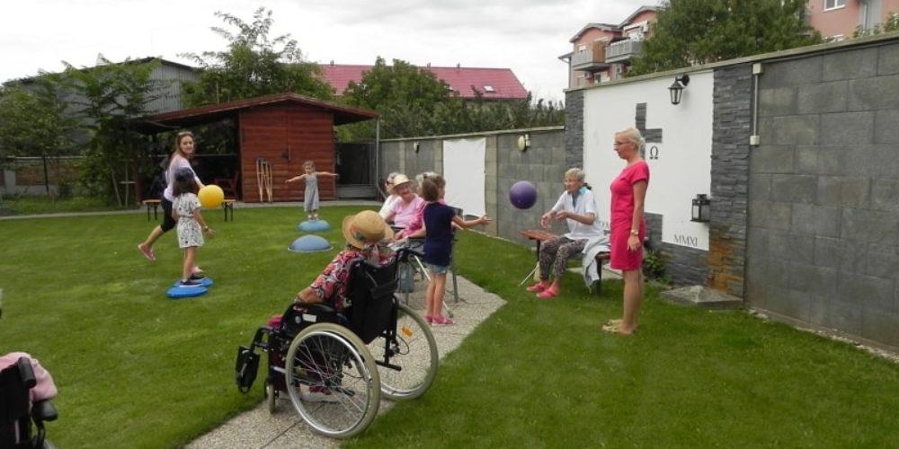 Generačné stretnutie detí z materskej škôlky a naši starkí: spoločný športový deň